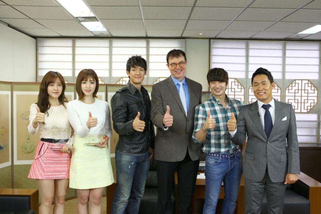 韓国観光公社がT-ARAも出演した『出発ドリームチーム』に感謝状を授与