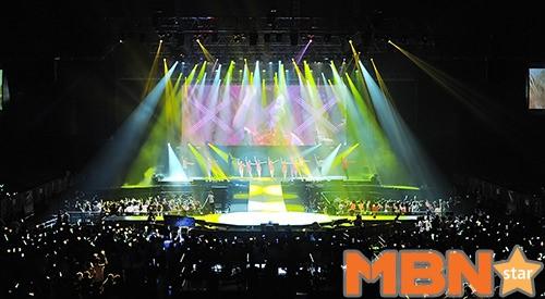 鮮やかな光で客席が満たされる・・・「ティアラの香港単独コンサート」