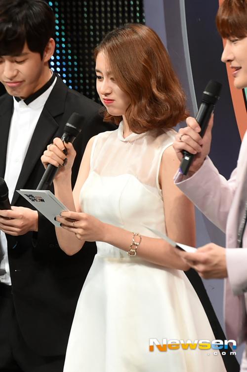 ジヨンが15年9月22日『THE SHOW』のMCとして純白の美貌披露