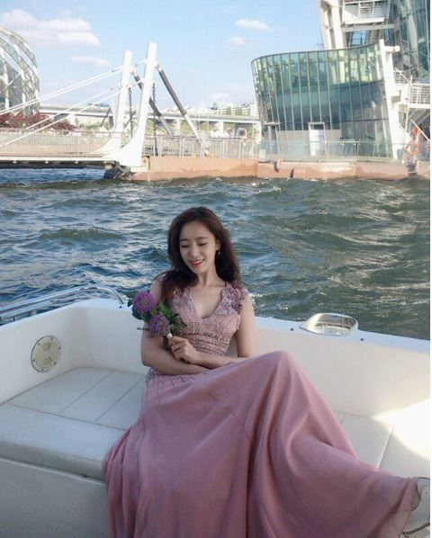 T-ARAのウンジョンが船上で美しいドレス姿の画像を披露