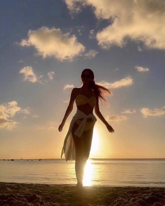 キュリがハワイのビーチで水着姿を披露【インスタ画像】